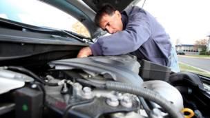 داریوش، تعمیرکار و فروشنده اتومبیل در آمریکا