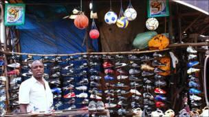 رجل يبيع ملابس وأحذية رياضية