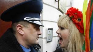 Una mujer le grita a un vigilante