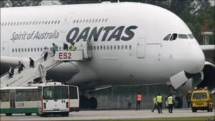 Пассажиры покидают самолет