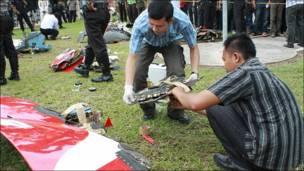 Индонезийская полиция за работой