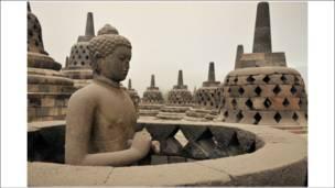 الرماد البركاني حط في معبد بوروبدور