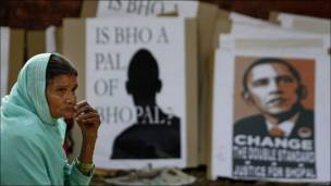 Una mujer reflexiona enfrente de unos carteles en contra del presidente de EE.UU.