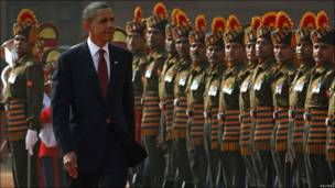 Obama camina frente a la guardia de honor en Nueva Delhi.