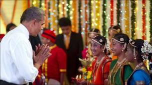 Barack Obama felicita a niños durante el festival de las luces.