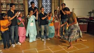La primera dama de EE.UU. Michelle Obama, juega con estudianstes en la Universidad de Bombay.