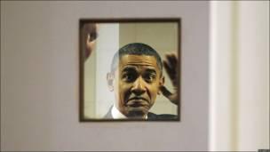 Obama se prepara antes de dar un discurso ante la Cumbre Empresarial y de Negocios.