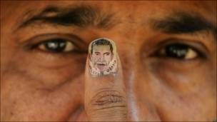 Un artista indio muestra una imagen en miniatura de Obama.