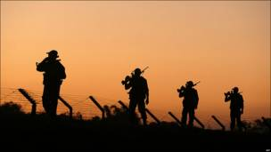 Soldados de India vigilan la frontera con Bangladesh.