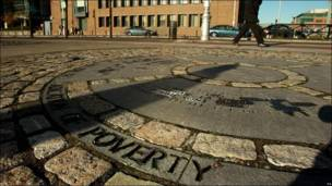 La palabra pobreza, grabada en el suelo