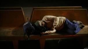 Un hombre duerme en un banco en Caléxico
