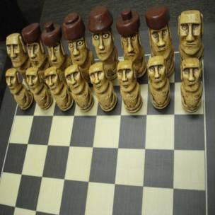 ajedrez con figuras moái