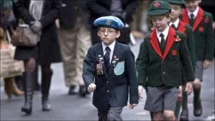 Niños marchan en conmemoración del Día de la Amnistía