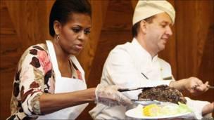Michelle Obama sirve un pedazo de carne