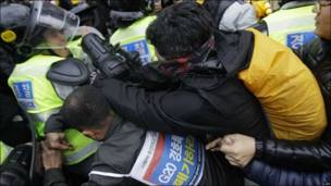 Manifestantes en Seúl se enfrentan a los policías