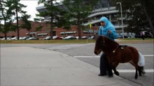 راموني ومهرها في الطريق إلى قاعة الدرس بالجامعة