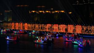 Para atlet dan ofisial peserta diarak dengan armada kapal jung yang dihias sesuai dengan bangun arsitektur khas negara masing-masing.