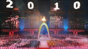 Penyulutan obor menjadi penanda Asian Games resmi dibuka.