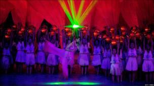Ratusan artis dan anak-anak dilibatkan untuk menyuguhkan tari massal di malam pembukaan Asian Games.