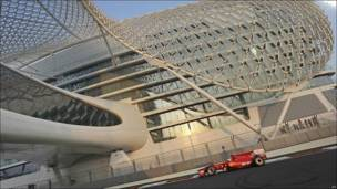 El coche de Fernando Alonso pasa frente al Yas Marina Hotel