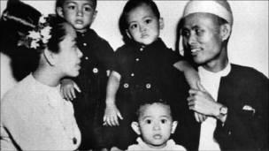 سو تشي مع عائلتها بعمر سنتين