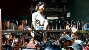 سو تشي في مقر الحزب بعد إطلاق سراحها عام 2002