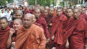 رجال دين بوذيون ومدنيون في تظاهرة عام 2007