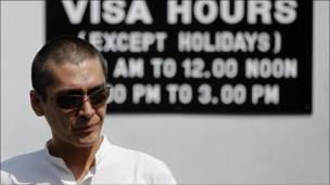 ابن سو تشي خارج السفارة البورمية في بانكوك بعد تقديمه طلب تأشيرة 2010