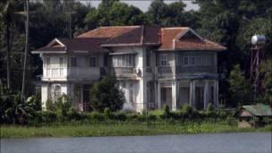 منزل سو تشي على طرف البحيرة