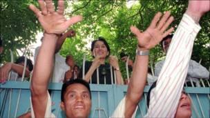 سو تشي تطل على مناصريها من سور بيتها في رانغون