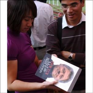 Nữ sinh viên cầm cuốn 'Đời tôi' của Bill Clinton