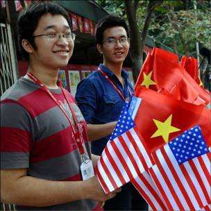 Sinh viên cầm cờ Việt Nam và Hoa Kỳ