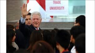 Ông Clinton vẫy chào các sinh viên