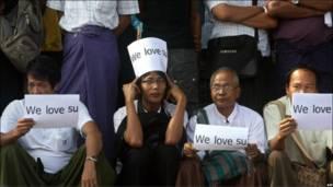 Jama'a sun yi dandazo a gidan  Aung San Suu Kyi