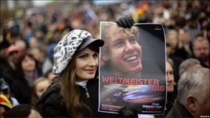جمع استقبال کنندگان از فاتح مسابقات اتومبیلرانی فرمول یک در آلمان