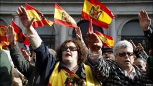 جمعی از مردم اسپانیا در حال سلام نظامی دادن به شکل آلمان نازی