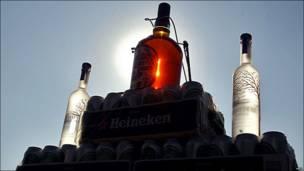 تصویری از بطری های مشروبات الکلی کشف شده در ایران