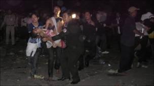 Полиция выносит пострадавшую