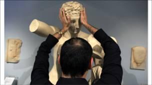 Слепой экскурсант в афинском музее