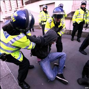 دستگیری یکی از معترضان توسط پلیس