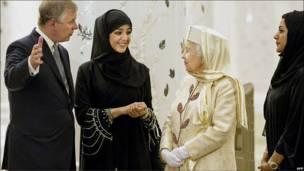 Принц Эндрю, герцог Йоркский, и Королева беседуют с Рим Аль Хашеми