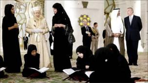 Королева внутри мечети шейха Зайда в Абу-Даби