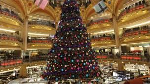 В парижском универмаге Galeries Lafayette установили елку