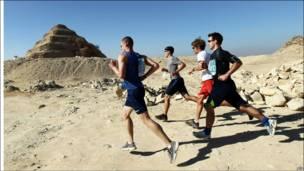 Традиционный 100-километровый забег у подножия египетских пирамид
