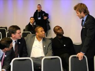 ديفد بيكهام ممثل بريطانيا في ملفها لاستضافة كأس العالم 2018 يستشير اعضاء الوفد الآخرين