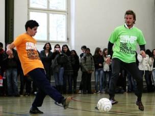 ولعب بيكهام ايضا مع اطفال في احدى مدارس زوريخ رغم حذائه غير المناسب