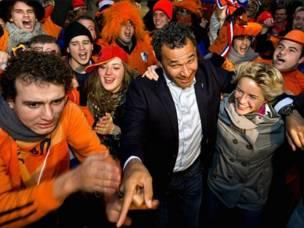 قدمت هولندا ملفا مشتركا مع بلجيكا. في الصورة اللاعب الدولي السابق رود غوليت وقائدة فريق النساء دافني كوستر