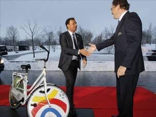 غوليت وواحدة من المليوني دراجة التي يعد البلدان بتوفيرها مجانا ان استضافا كاس العالم