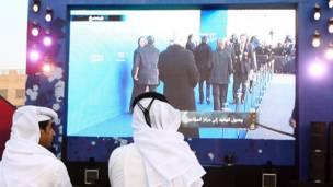 قطريون في احد شوارع الدوحة حيث نصبت شاشات عملاقة لتمكين المواطنين من تتبع الحفل في زيوريخ