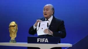 بلاتير يعلن فوز ملف قطر 2022